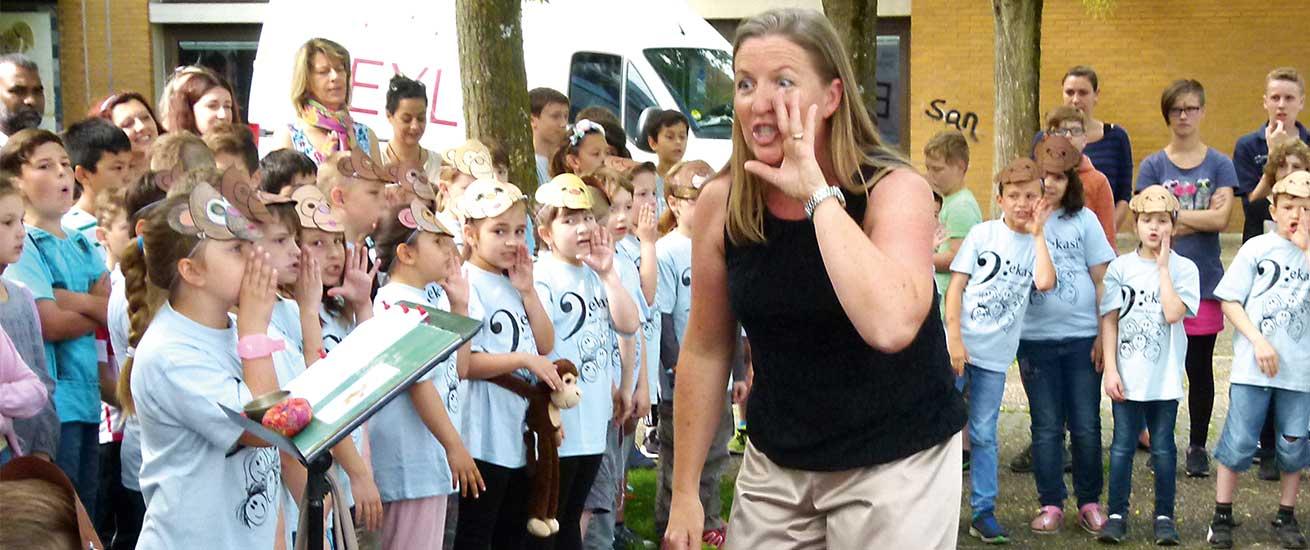 Jekasi Kinder singen