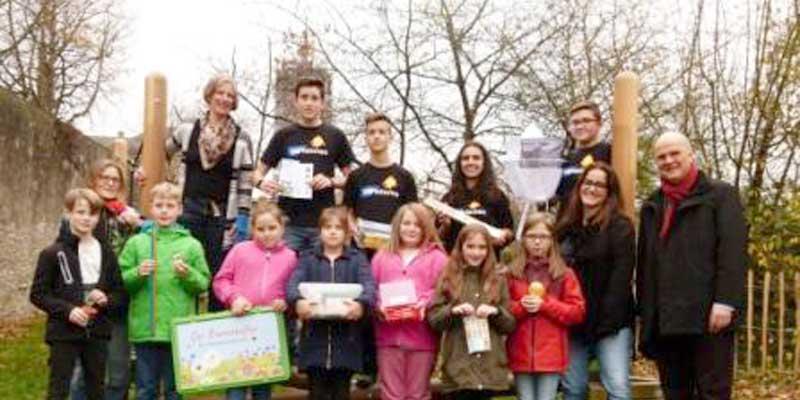 Schüler erhalten Bienenkoffer