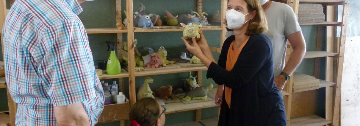 Gilbert Bürk und Dorothee Eckes staunen über die künstlerischen Ergebnisse, hier: Monsterfiguren aus Ton, die in den Sommerferienkursen der MuKs entstanden sind. Rechts Tom Naumann, MuKs